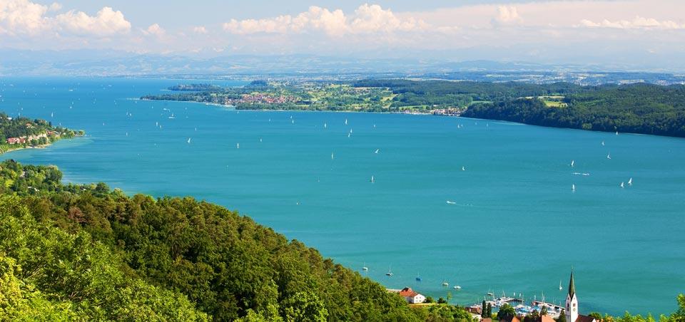 Traumhafter Ausblick über den wunderschönen Bodensee, der nur 12 km entfernt ist.